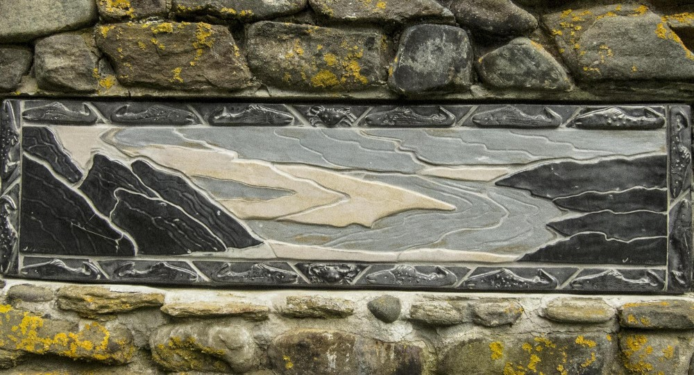 Outdoor_chimney_relief_of_tidal_rocks_with_fish